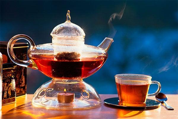 Заваренный крупнолистовой черный чай